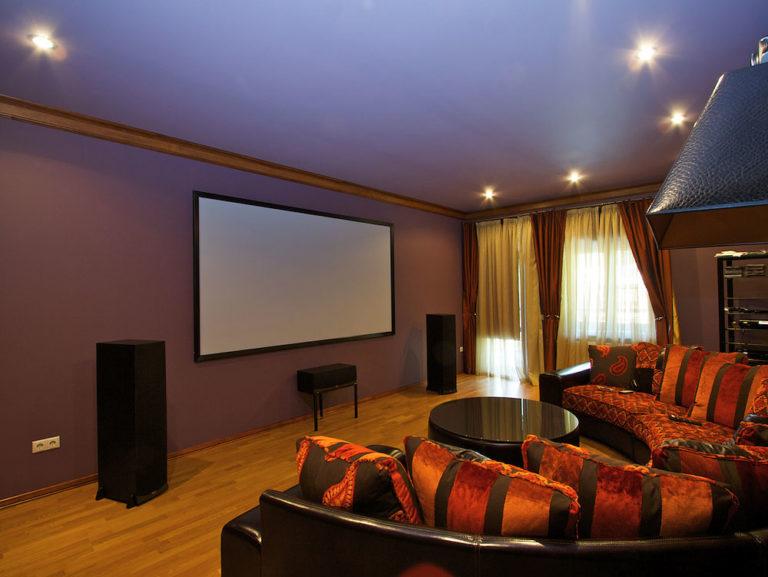 Домашний кинотеатр в помещении