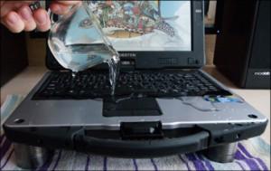 Поливка ноутбука водой