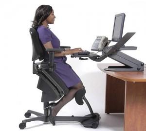 Компьютерное кресло оснащённое механизмом, позволяющим синхронно изменять положение сидения и спинки согласно позе