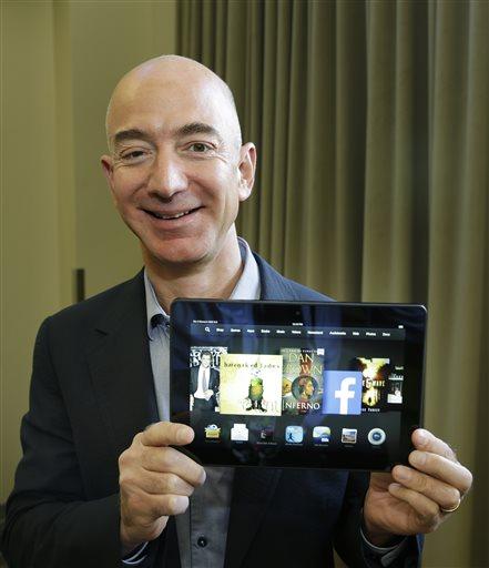 Генеральный директор Amazon.com Джефф Безос, 24 сентября 2013 года. В руках у него новый Amazon Kindle Fire HDX с экранов диагональю 8,9 дюймов