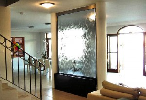 Декоративный водопад по стеклу